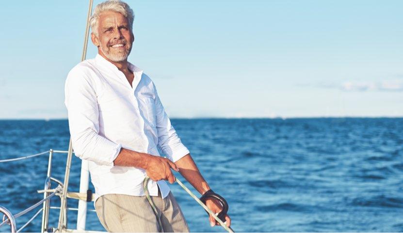 Person på en båt som ler