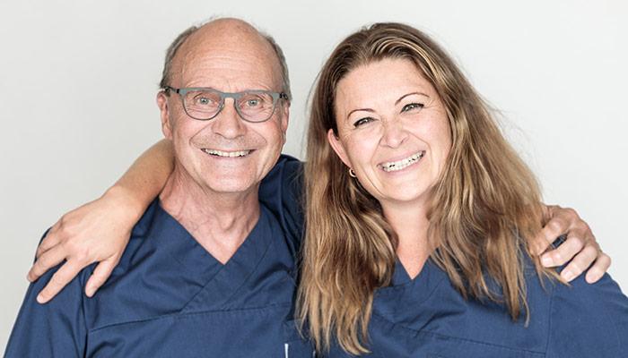 Kirurgerna på Arcademy Thor Söderberg och Elisabeth Hagert håller om varandra