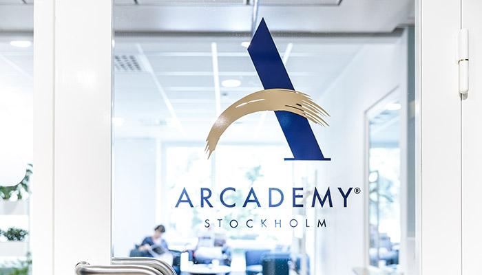 Arcademy logotyp på en dörr